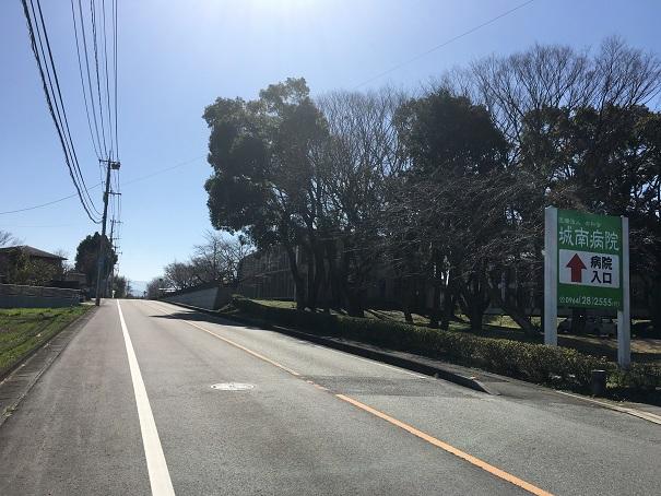 今吉野交差点から県道240号線に入って数分、右手にこの看板が見えたらすぐ先
