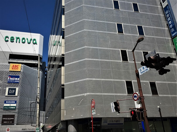 新静岡駅方面へ向かい、伝馬町通り、この交差点を渡り右折したすぐ先です、交差点にはスルガ銀行があり、前方には新静岡CENOVAが見えます