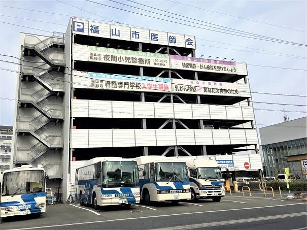 福山市医師会、駐車場、健診バスも数台駐車中です