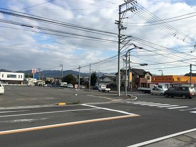 南高井交差点、西林寺方面に向かいます。交差点角にはサークルKとほっかほっか亭が目印です