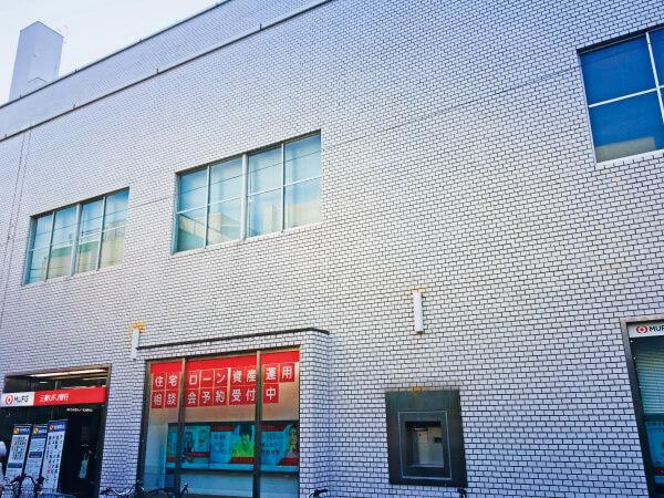 長原駅出口前の銀行を右折して頂きます。
