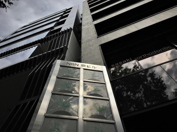 1Fから見たNBN泉ビル 外観...こちらのビルの4Fへ