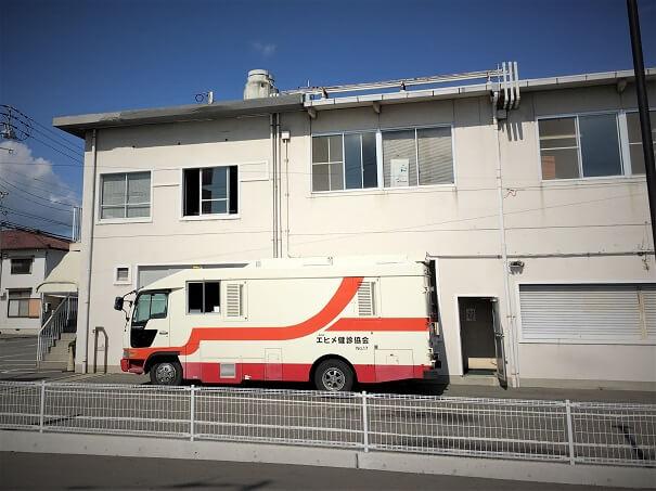 一般社団法人 エヒメ健診協会 本館前に駐車の巡回健診バスを見て...鮮やかな赤色が印象的