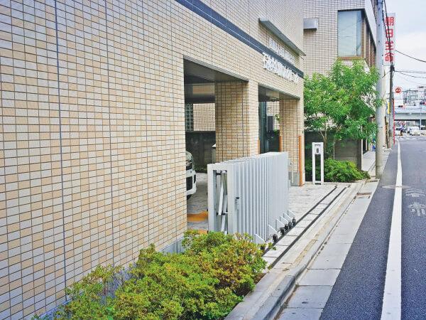 冨士街道を2分ほど歩いた右側です。