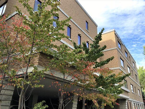 真駒内通沿いから見た小笠原記念札幌病院...周囲が緑に囲まれた立地