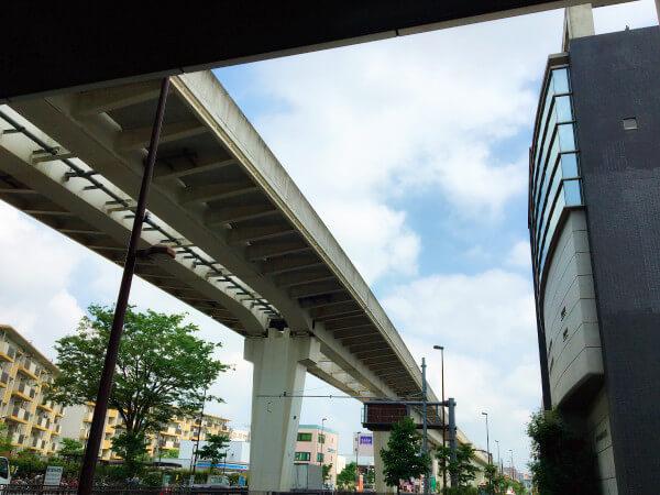 西新井大師西駅東口を右折して頂きます。