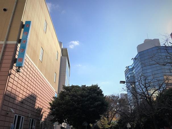 ロータリー左手からの…左にカラオケ館、その先のビルがLENTE FUKUOKAビル