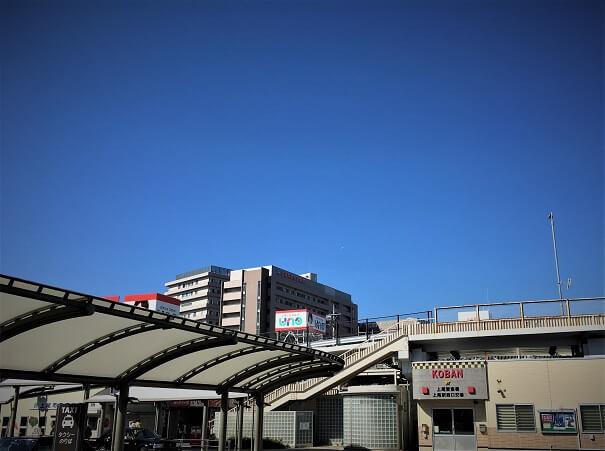 上尾駅西口エスカレーターを降りて右方向を見て 交番、その先左方向上空に上尾中央総合病院