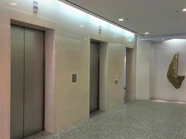 厳かな雰囲気の重厚感あるエレベータホール ここから7Fへ