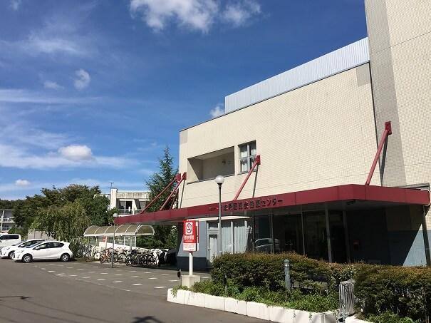 宮城県医師会健康センター外観 左手奥は駐車場 緑多い環境です