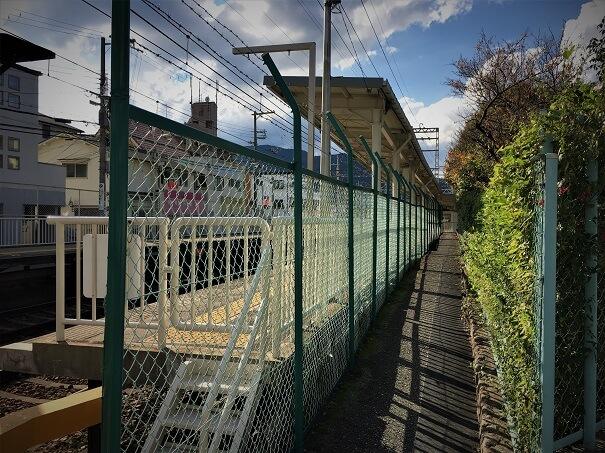 清荒神駅 駅出口を背に右方向Uターンし宝塚駅方面の駅に沿った細い路地へ、この路地の先に踏切があります
