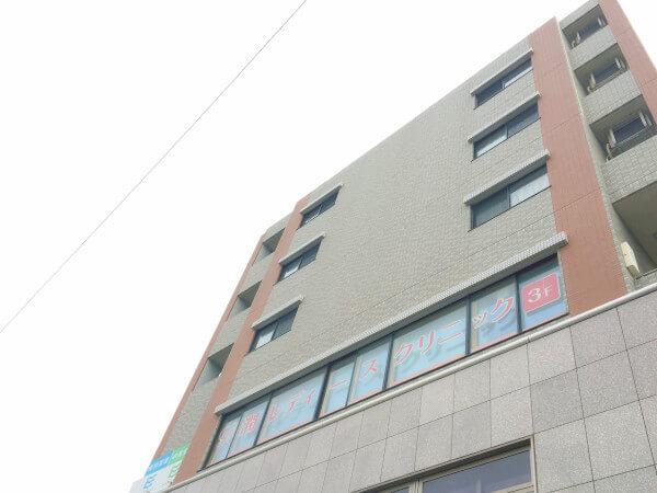 クリニックが入る建物の外観です。