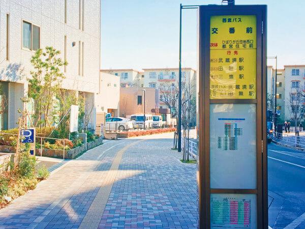 「交番前」バス停のすぐ左がクリニックがある建物です。
