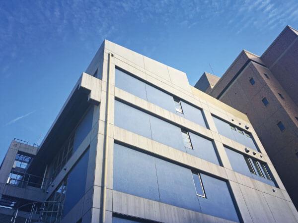 クリニックの外観です。5階建ての建物です。