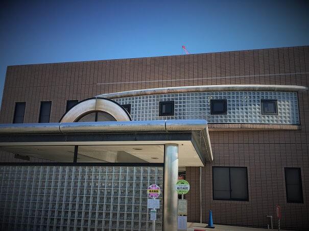 熊谷総合病院 現在の本館エントランス 工事中のためクレーンが見えています